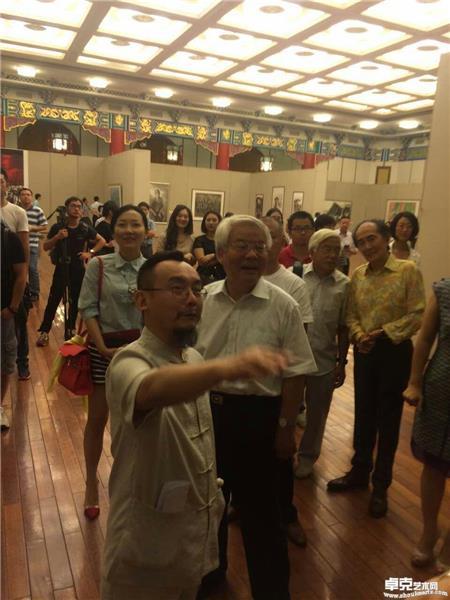 画家陈可之给原中国文化部长蔡武等观众讲解重庆大轰炸油画内容